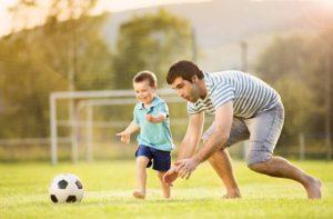 Папа с сыном играют
