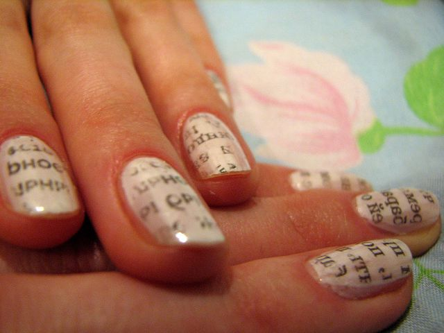 Газетный принт на ногтях