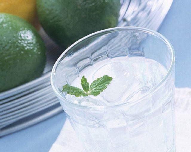 Лед с водой в миске