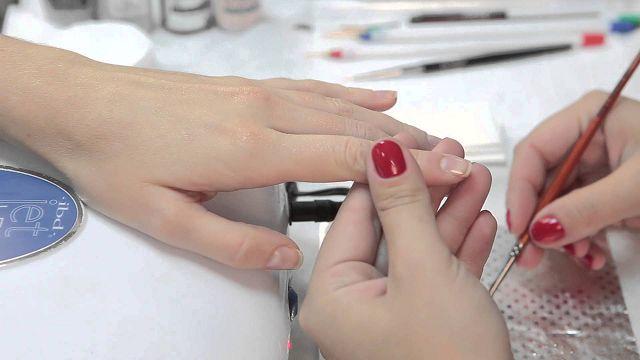 Нанесение базы на ногти